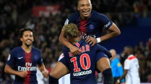 Le joueur du Paris Saint-Germain Kylian Mbappé célèbre le 5ème but avec Neymar contre l'Olympique Lyonnais, au Parc des Princes, le 7 octobre 2018 à Paris.