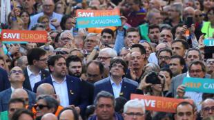 Presidente regional Carles Puigdemont juntou-se a centenas de milhares de manifestantes independentistas sábado 21/10 em Barcelona.