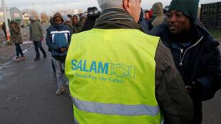 A associação Salam distribue alimentos aos imigrantes no porto de Calais. Foto de 02/02/18