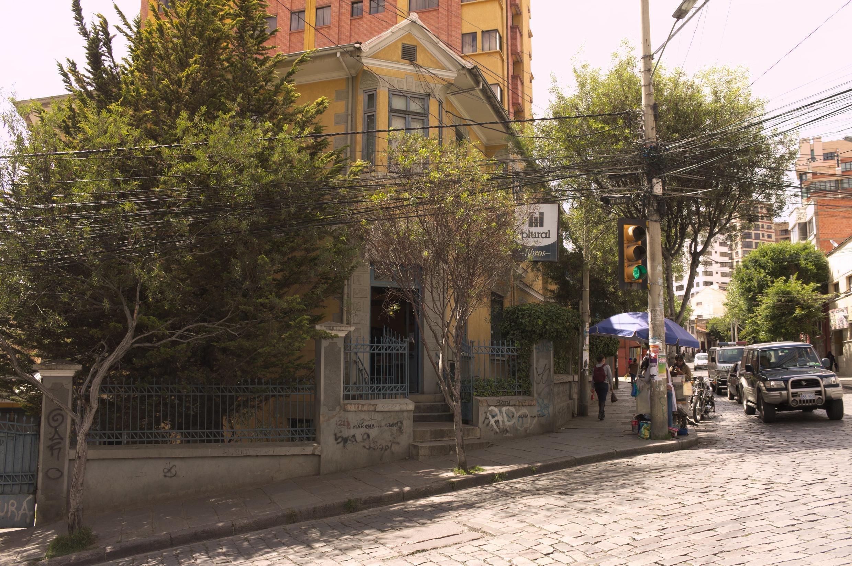 Vue de l'extérieur de la libriaire La Plural, à La Paz, en Bolivie.