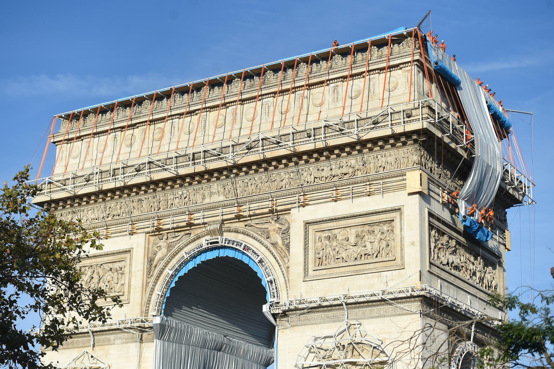 Lanzamiento del embalaje del Arco del Triunfo en los Campos Elíseos de París, el 12 de septiembre de 2021