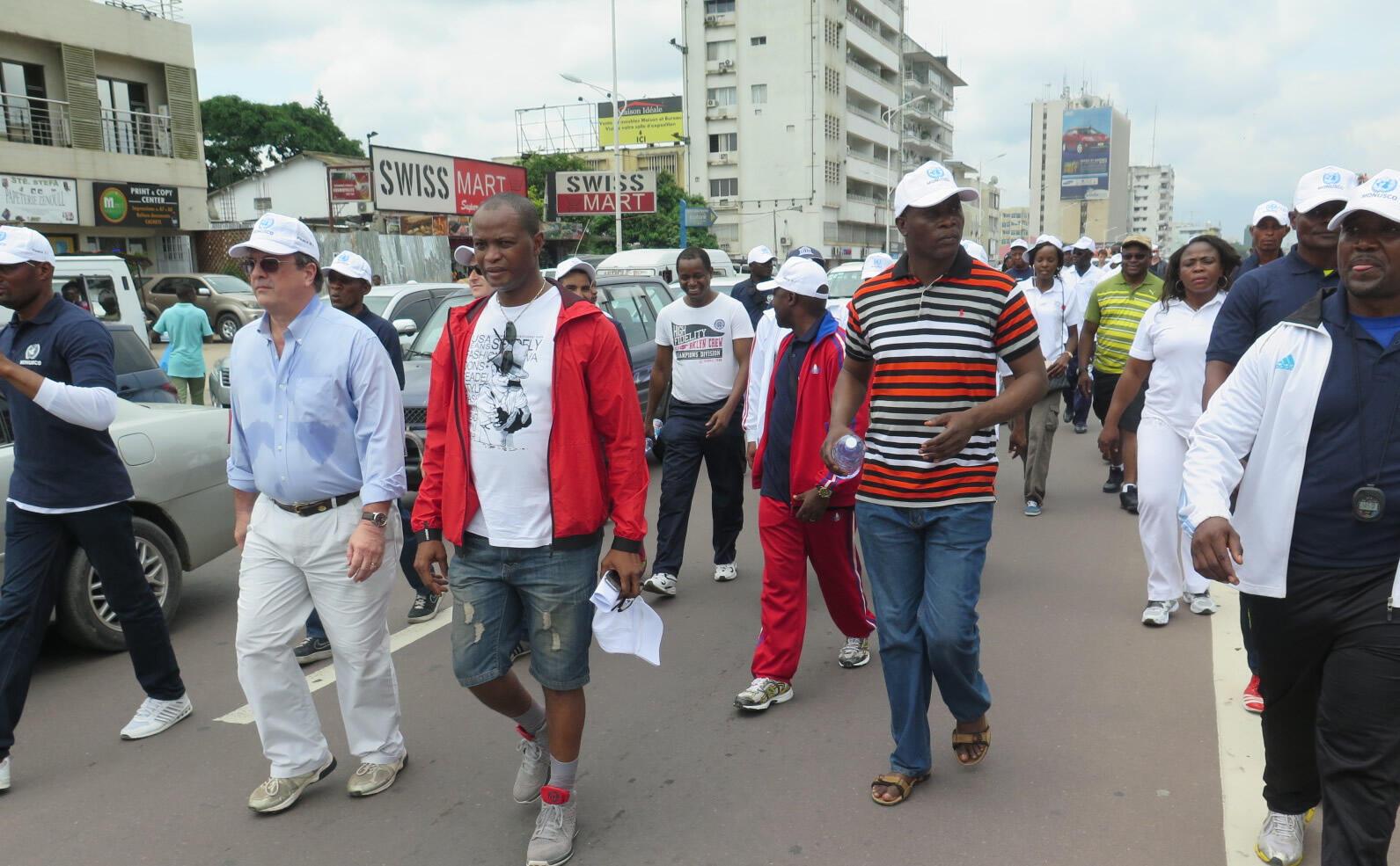 Le personnel de la Monusco participe à une marche de santé organisée par le ministère des Affaires étrangères à Kinshasa (RDC) lors du 70e anniversaire des Nations unies.