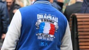 En un mitin de Marine Le Pen: 'Si esta bandera te molesta, te ayudo a hacer tus valijas'.