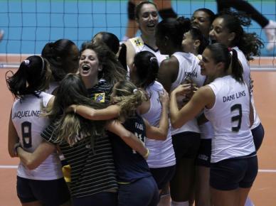 A seleção brasileira comemora a classificação para a final do Mundial de Vôlei Feminino depois de vencer o Japão.