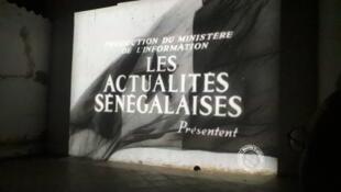 À Dakar, un spectateur assiste à la première projection des archives audiovisuelles restaurées du Sénégal.