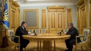 Президент Украины Петр Порошенко и бывший губернатор Днепропетровской области Игорь Коломойский на встрече в Киеве, 25 марта 2014 г.