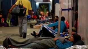 Di dân Venezuela đang chờ đợi ở trạm biên giới Peru- Ecuador, tại Tumbes, Peru, ngày 25/08/2018