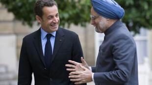 Le président Nicolas Sarkozy (g) reçoit le Premier ministre indien Manmohan Singh au palais de l'Elysée le 30 septembre 2008.