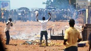 Des militants de l'opposition face à la police anti-émeutes à Conakry, le 25 mai 2013.