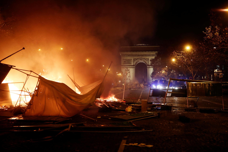 Voitures brûlées... le quartier des Champs-Élysées s'est transformé rapidement en lieu d'affrontements.