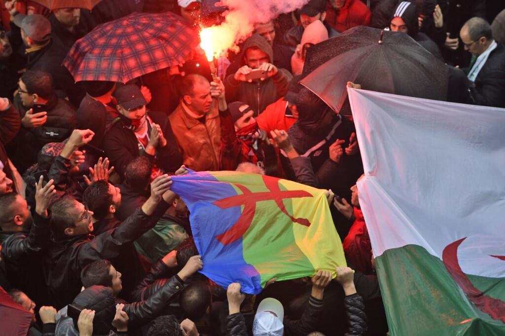 Des manifestants algériens se mobilisent pour réitérer leur opposition à la tenue de l'élection présidentielle, à Alger, le 15 novembre 2019.