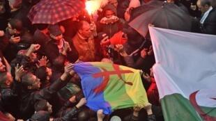 Manifestantes argelinos, em Argel, reiteram a sua oposição à organização da eleição presidencial de Dezembro.16 de Novembro de 2019.