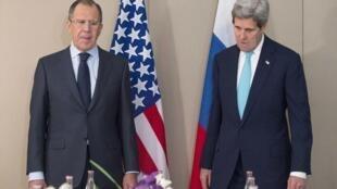 លោករដ្ឋមន្រ្តីការបរទេសរុស្ស៊ី Sergueï Lavrov (រូបឆ្វេង) និងសមភាគីអាមេរិក John Kerry កាលពីថ្ងៃទី២ មីនា ២០១៥ ក្នុងទីក្រុងហ្សឺណែវ