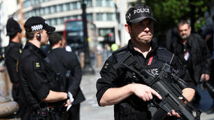 Policías armados patrulla frente a la Catedral St Paul en Londres, el 24/05/17
