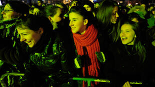 La population manifeste sa joie dans les rues de Skopje (Macédoine). Elle est autorisée à voyager dans l'UE.