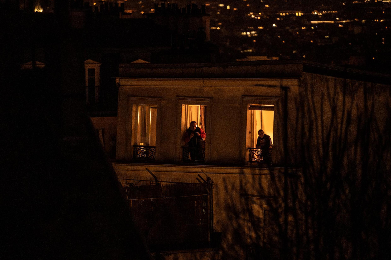 Parisienses foram às janelas de seus apartamentos na noite dessa terça-feira (17) para aplaudir os profissionais de saúde que lutam contra o coronavírus na França.