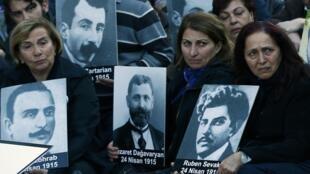 Des familles de victimes du génocide arménien se sont rassemblées devant le consulat de France à Istanbul vendredi 24 avril 2015, date anniversaire du début du génocide.