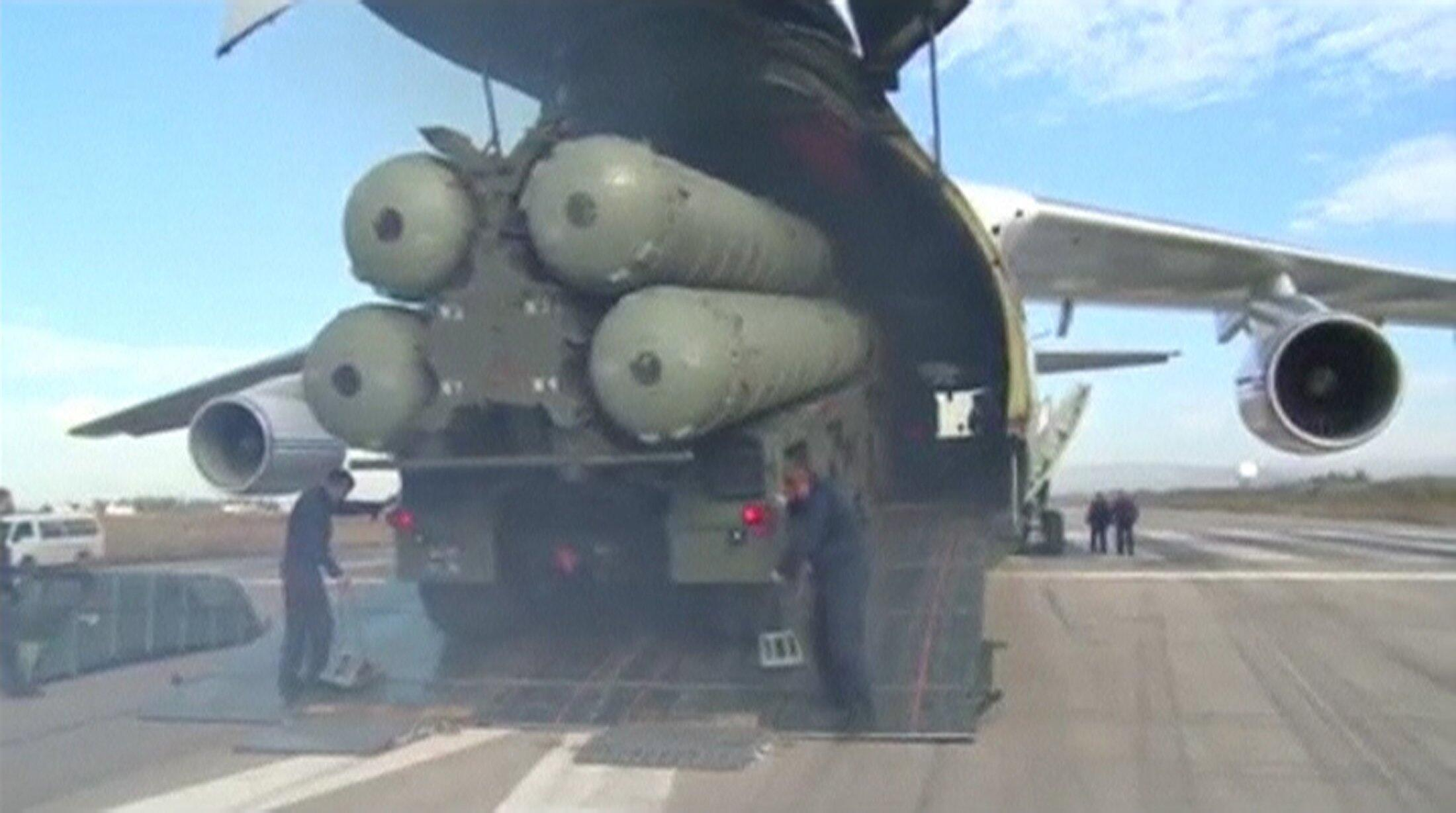 Tên lửa S-400 được chở đến khu căn cứ Hmeymim, Syria. Ảnh do Bộ Quốc phòng Nga cung cấp, ngày 26/11/2015.