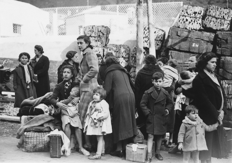 Grupo de refugiados llegando a Le Perthus, Francia, el 28 de enero de 1939.