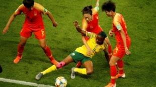 Ngày 13/06/2019, các nữ tuyển thủ Trung Quốc (áo đỏ) đã thắng đội tuyển Nam Phi (áo vàng) 1-0 trên sân Parc des Princes (Paris).