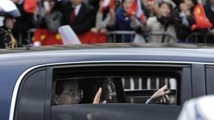 Le président français Nicolas Sarkozy et le président chinois Hu Jintao remontent en voiture les Champs Elysées, le 4 novembre 2010.