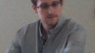 Edward Snowden lors de sa rencontre avec les défenseurs des droits de l'homme à l'aéroport de Moscou, le 12 juillet 2013.