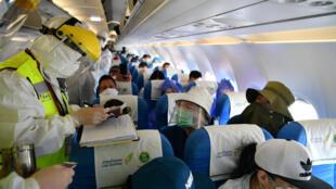中國邊檢人員檢查國際航班乘客資料圖片