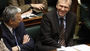 Le nouveau Premier ministre belge Yves Leterme (d) au Parlement, le 25 novembre 2009.