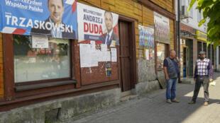 Le second tour de la présidentielle en Pologne oppose ce dimanche 12 juillet 2020 le sortant Andrzej Duda, soutenu par les conservateurs au pouvoir, et le centriste Rafal Trzaskowski, maire de Varsovie.