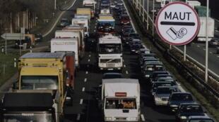 Berlin a décidé que les routiers étrangers qui passent sur son territoire devaient être payés, pour ce temps passé en Allemagne, au salaire minimum allemand.