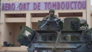 L'armée française a décidé de maintenir une vigilance accrue sur la zone aéroportuaire de Tombouctou.