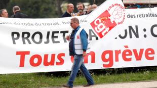A central sindical CGT convocou os empregados dos setores dos transportes, da energia e da saúde para a greve contra a reforma trabalhista.