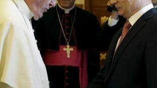 Папа Римский Франциск и президент России Владимир Путин в ходе личной встречи в Ватикане, 10 июня 2015.