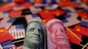 Notas de dólar americano e yuan chinês, moedas das duas principais potências econômicas mundiais, em plena guerra comercial.