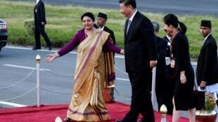 Tổng thống Nepal Bidhya Devi Bhandari đón chủ tịch Trung Quốc Tập Cận Bình tại phi trường Quốc tế tại Kathmandu, Nepal ngày 12/10/2019.