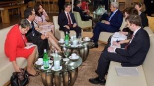 O secretário de Estado americano, John Kerry (fundo à direita), ao lado do chanceler cubano, Bruno Rodriguez, realizaram reunião bilateral na noite desta quinta-feira.