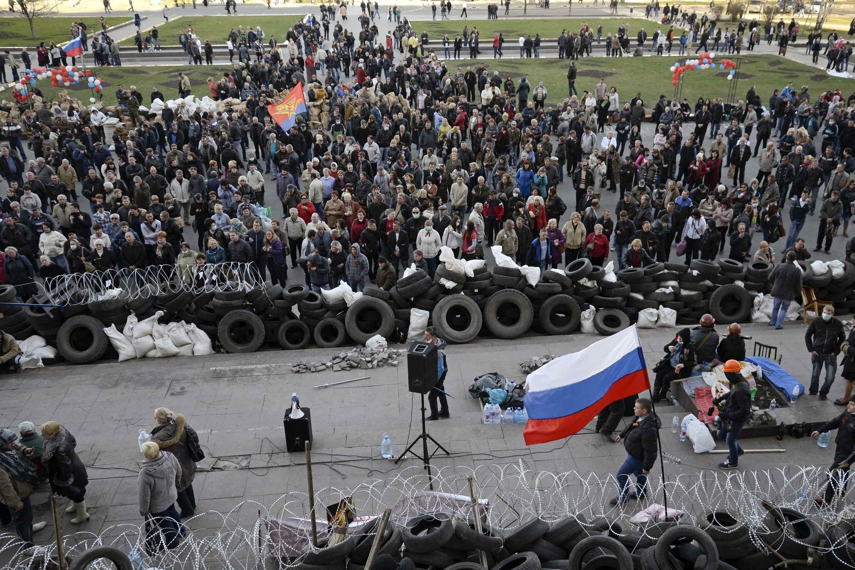 Перед зданием областной администрации Донецка 08/04/2014