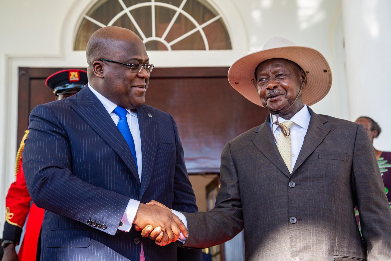 Rais wa DRC Félix Tshisekedi (kushoto) akipokelewa na mwenzake wa Uganda Yoweri Museveni, huko Entebbe, Novemba 9, 2019.
