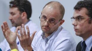Главврач отделения реанимации госпиталя Гренобля Жан-Франсуа Пайен (Ц) и Стефан Шабардес (Л) - нейрохирург на пресс-конференции по поводу состояния Михаэля Шумахера 30/12/2013
