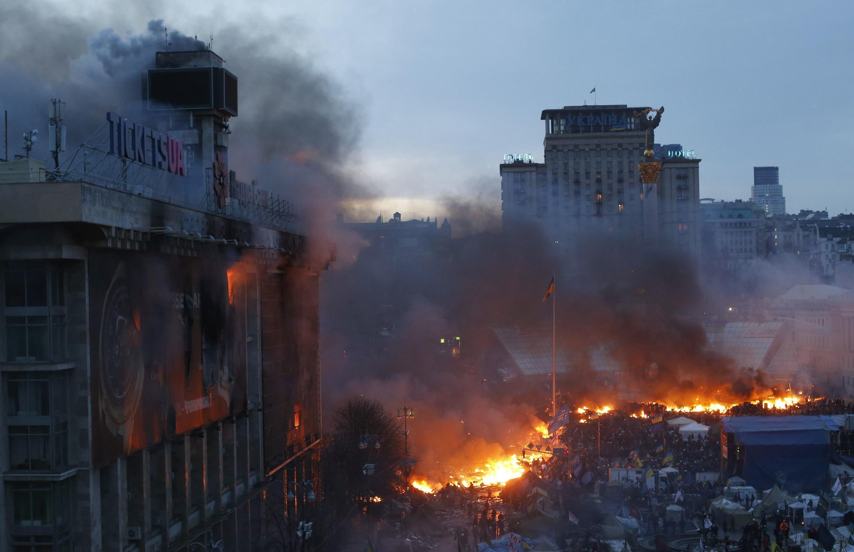 Les barricades du centre-ville en feu. Place Maïdan, le 19 février 2014.