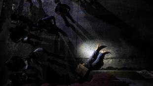Aux Philippines, des corps sont retrouvés avec des pancartes où il est inscrit «je suis un dealer» ou «je suis un drogué». Ici, dans une rue de Manille, le 8 juillet 2016.