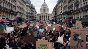 Entre 29.000 et 40.000 manifestants ont défilé, vendredi 15 mars, dans les rues de Paris à l'occasion de la marche des jeunes pour le climat. Ce samedi, c'est au tour de la «Marche du Siècle».