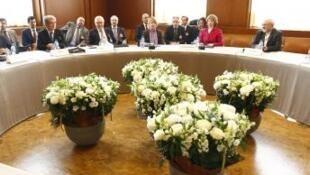 Mesa de negociações em Genebra sobre o nuclear iraniano com o ministro iraniano das Relações Exteriores, Mohammad Javad Zarif,  a chefe da diplomacia europeia, Catherine Ashton, et Wendy Sherman, secretária-adjunta norte-americana.