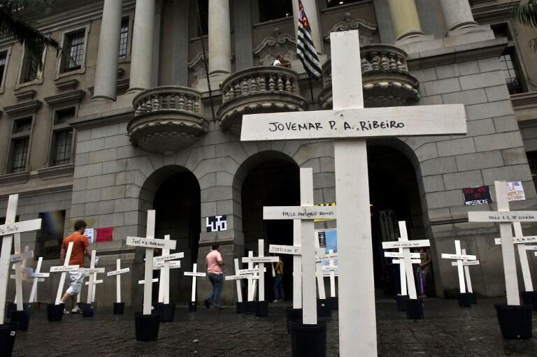 Le jour de l'ouverture du procès, le 8 avril 2013, les étudiants de la faculté de droit de Sao Paulo, ont plantés des croix représentants les 111 détenus tués.