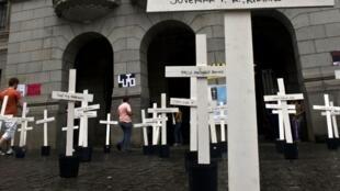 Devant le tribunal, le jour de l'ouverture du premier procès en avril 2013, des croix représentent les 111 détenus tués.