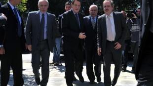 O presidente cipriota, Nicos Anastasiades (centro) chega ao Parlamento em Nicósia.