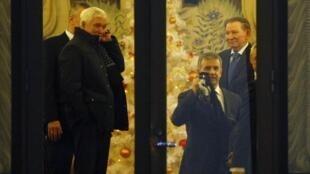 Посол Беларуси Александр Суриков (слева), посол России в Украине Михаил Зурабов и экс-президент Украины Леонид Кучма в Минске 24 декабря.
