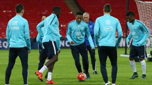 L'attaquant de l'équipe de France  Anthony Martial (C) s'entraine avec ses co-équipiers au stade Wembley à l'Ouest de Londres, le 16 novembre 2015, prélude à leur rencontre amicale contre l'Angleterre ce 17 novembre.
