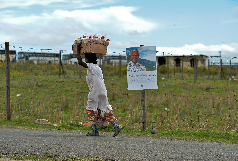 Qunu, le village natal de Nelson Mandela, et ses herbes folles dont il avait gardé la nostalgie se prépare à le recevoir pour son inhumation dimanche 15 décembre 2013.