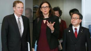 Từ trái sang phải: Robert Lighthizer (Hoa Kỳ), Cecilia Malmstrom (Liên Hiệp Châu Âu) và bộ trưởng Kinh Tế, Thương Mại và Công Nghiệp Hiroshige Seko (Nhật Bản) tại cuộc đàm phán về thương mại, Bruxelles, ngày 10/03/2018.